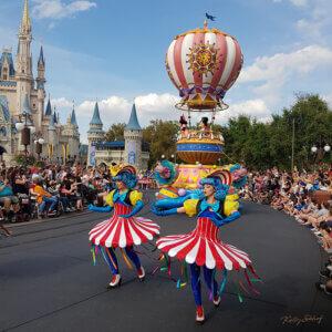 magic-kingdom-parade-mickey-and-minnie
